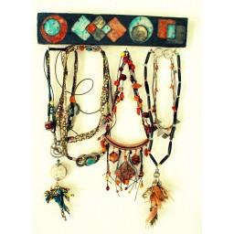Présentoir mural raku pour bijoux et clés, pièce unique Espeleta en terre cuite émaillée et enfumée.