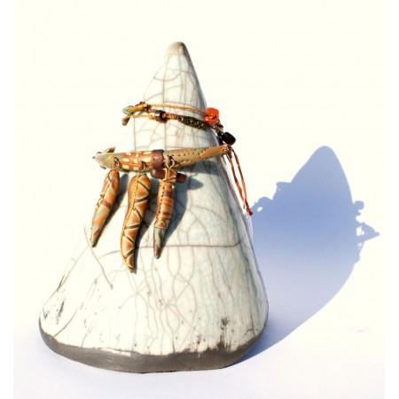 Cône présentoir raku pour bijoux, pièce unique Espeleta en terre cuite émaillée et enfumée.