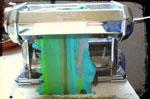 La machine à pâte (ou à lasagne), facilite les mélanges et l'obtention de plaques régulières...