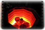À une température maximum de 940°C, l'émail est comme du caramel, il va fondre et napper la terre cuite. Les pièces rougies annoncent la fin de cette dernière cuisson…