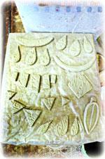 Ces pièces pourront être modelées,  texturées, percées avec précaution de façon à ne pas fendre la terre, assemblées entre elles en solidifiant les jointures avec un colombin et de la barbotine (mélange d'eau de terre, et parfois de vinaigre pour les pièces les plus délicates).